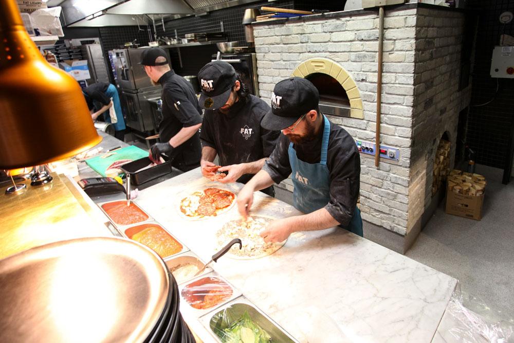 Pizzan valmistusta ja Metos-pizzauuni. Ravintola Fat Lizard, Espoo