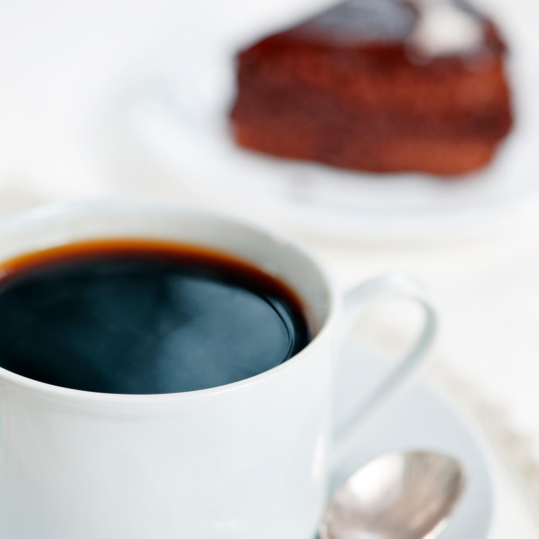 Metos kahvikuppi ja kakkupala