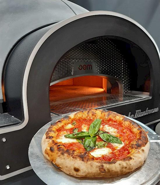 Metos Dome kuputyyppinen pizzauuni, pizza ja pizza-alusta