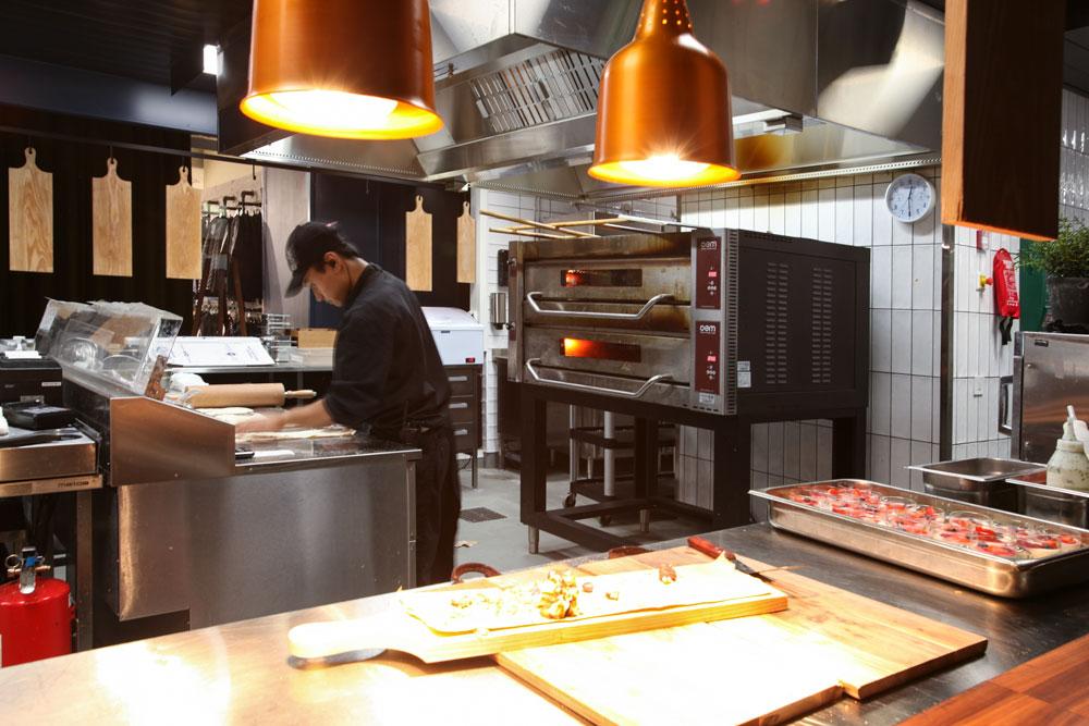 Pizzan valmistusta ja Metos-pizzauuni. Ravintola Trattoria Wiklund Turku