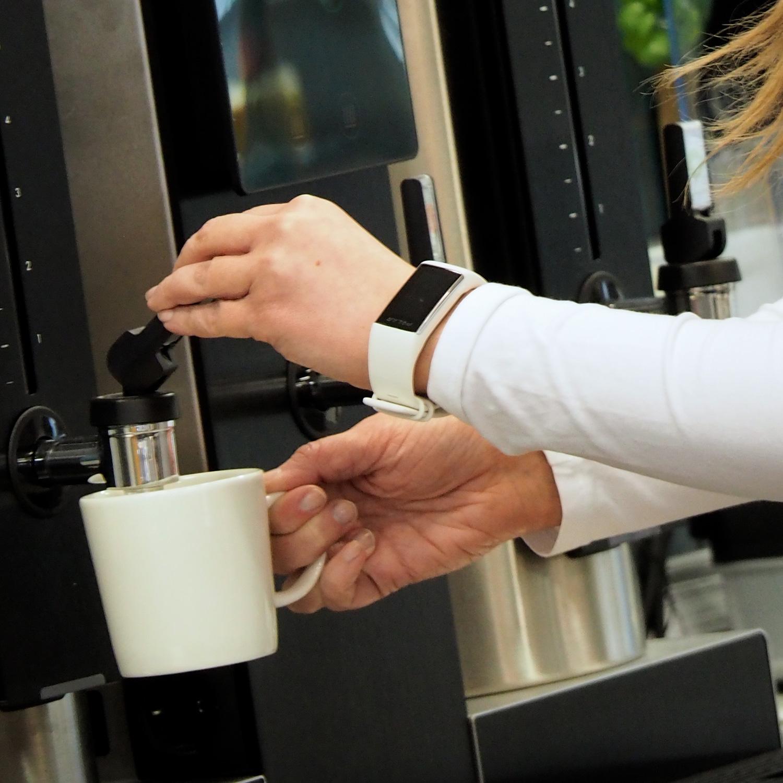 Metos säiliökeitin, annostelu kahvikuppiin