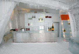 Jääkuutioista koottu jääbaari