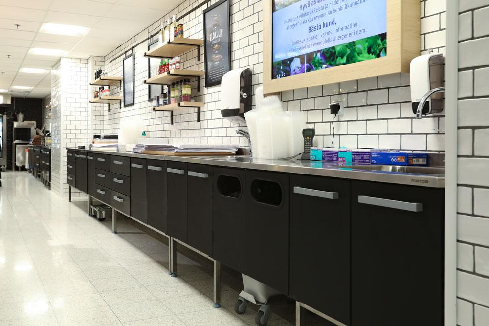 Metoksen valmistamat myymälän palvelupisteen työpöydät. Mutsa väri. S-Market Sokos Helsinki