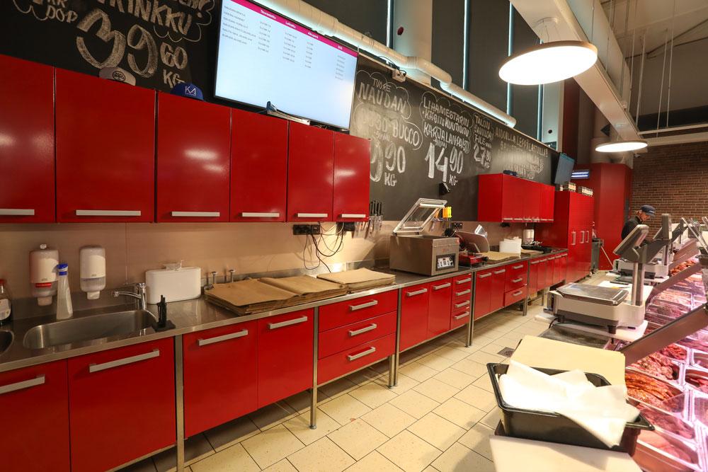 Metoksen valmistamat myymälän palvelupisteen työpöydät. Punainen väri. Chef Wotkin´s myymälä Hannus, Espoo