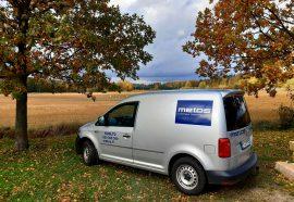 Metos huoltoauto kuvattuna syksyllä pellon laidalla