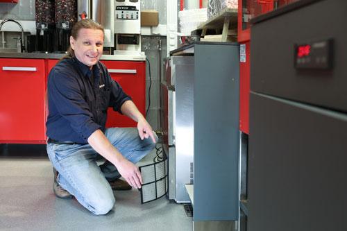 Metos-jääpalakoneen lauhduttumen ilmasuodattimen puhdistus, huoltoneuvoja Jouko Kari
