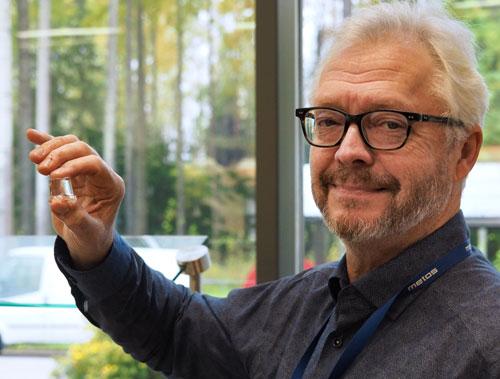 Metos-jääpalakone, tuotepäällikkö Juha Tirkkonen esittelee jääpalaa