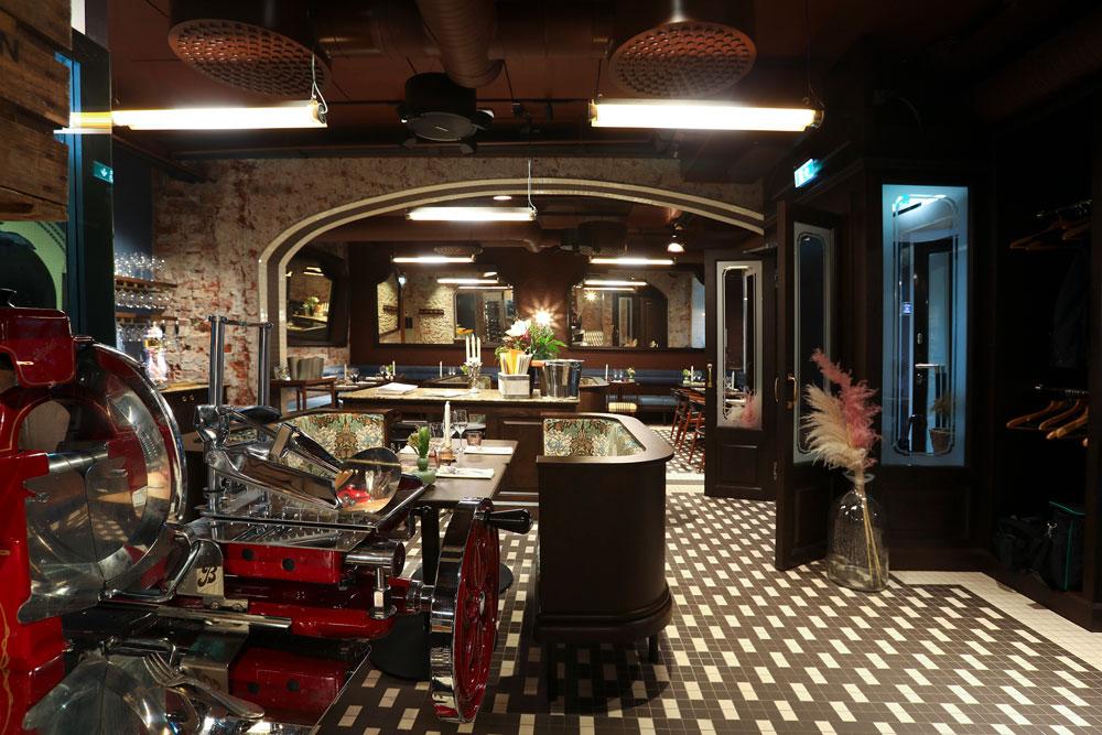 Ravintola Bardot Helsinki, kuva keittiöstä. Metos Berkel -leikkelekone ja leikepöytä on sijoitettu ravintolasaliin.