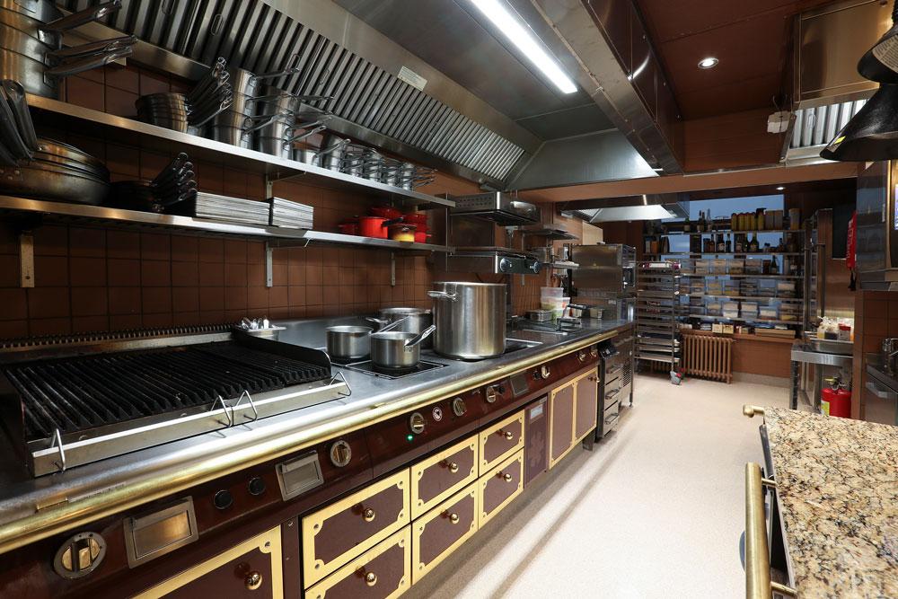 Ravintola Bardot Helsinki, kuva keittiöstä. Metos Ambach -keittiölaitesarja räätälöidään keittiön tarpeiden mukaan.