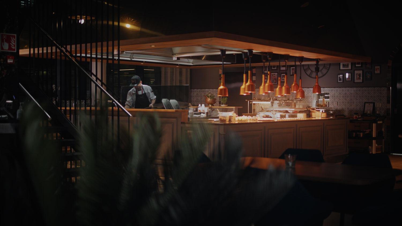 Bistro Ellin avokeittiö. Kombilevyt antavat lisää mahdollisuuksia tarjoilun järjestämiseen. Sama kombilevy voi esim. lounaalla olla lämpimän ruoan tarjoilussa ja illan kattauksessa se voi olla kylmänä.