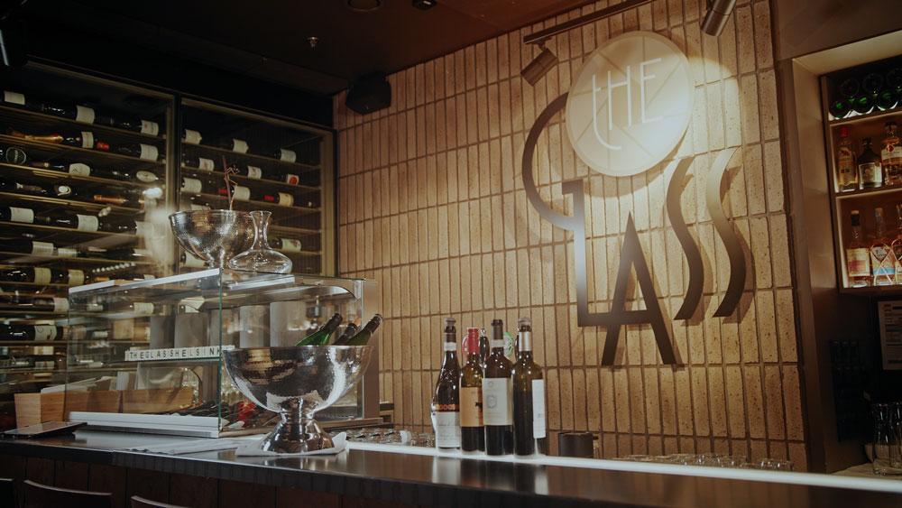 The Glassin drinkkibaarista löydät 50 erilaista rommia ja klassisiin makuihin perustuvan coctaillistan.