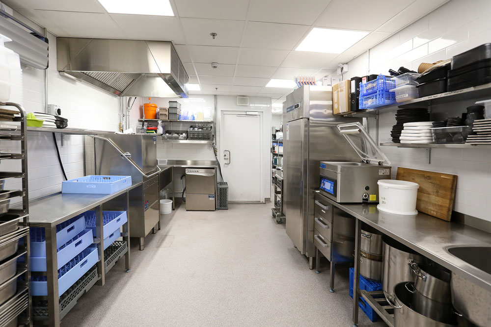 Astianpesu ja esikäsittelytila on sijoitettu keittiön toiseen päätyyn.