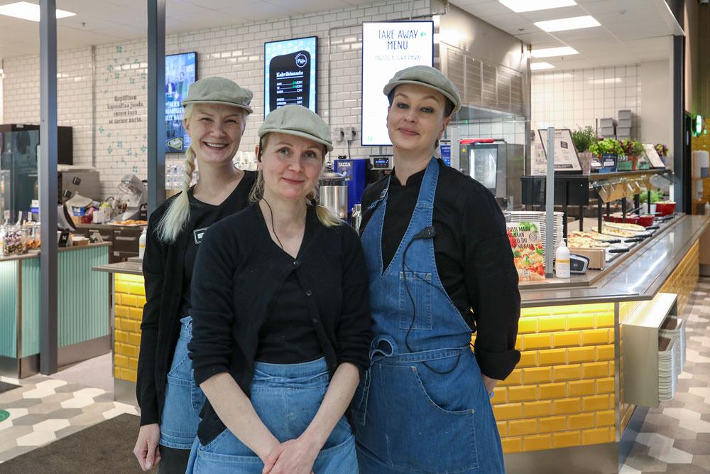Presson ravintolatyöntekijät Niina Hyttinen (vasemmalta oikealle), Henna Kärkkäinen ja Minna Salo valmistavat päivän kuluessa tuoreet tuotteet kahvilaan ja lounaalle sekä ottavat asiakkaat vastaan aina iloisena ja rempseällä palveluasenteella.