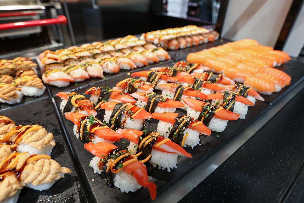 Itsudemo sushit asetaetaan tarjolle sushibuffettiin.