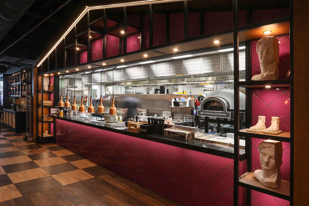 Uusitun Rosson keittiö avautuu koko leveydeltään ravintolasaliin. Napolilaistyylinen Metos Dome -pizzauuni on avokeittiön suurin katseenvangitsija. Sähkötoimisella Metos Dome -pizzauuni saavuttaa jopa 530 asteen paistolämpötilan.