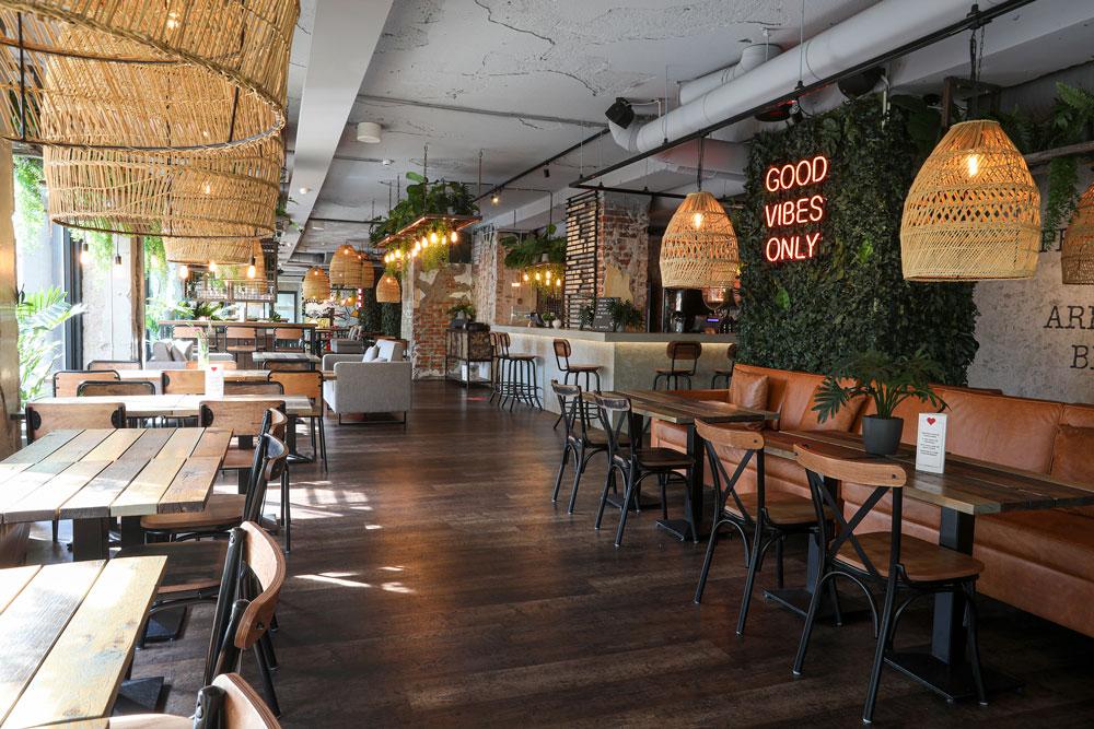 Ravintola Ehtan sali on rosoisen kodikas. a. Burgerit ja napolilaistyyliset pizzat ovat Ehtan kärkituotteita.