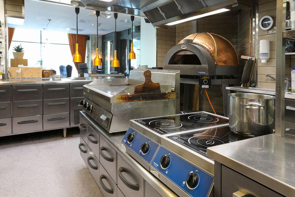 Metos Pavesi -pizzauuni lämpiää kaasulla. Uunit kestävät lämpöä jopa 1400°C astetta, eli niitä voidaan huoletta lämmittää napolilaispizzan vaatimaan 450°C kuumuuteen. Ehtan oma taikina ja minuutti kuumassa Pavesissa, niin kuplat ovat täydellisiä. Jos pizzaa paistetaan läpi päivän, uuni pysyy kuumana yön yli ja aamulla tarvitaan vain muutaman minuutin esilämmitys. Pavesi-uunit on saatavana joko helposti kaasulla, perinteisesti puilla tai sekä kaasulla että puilla lämmitettävinä.