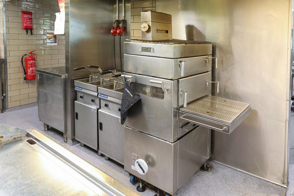 Metos X-oven -hiiliuunilla paistetaan burgerpihvit ja suositut vegepihvit. Aito Canutillo-puuhiili antaa täällä pihveille oman arominsa. Vaikka X-Ovenin uniikit ritilälliset vetolaatikot vedetään auki savut pysyvät laitteen sisällä. Metos X-oven -hiiliuuni voidaan sijoittaa avokeittiöön ilmastoinnin alle. Toki paikallisiin paloviranomaisiin tulee aina olla yhteydessä.