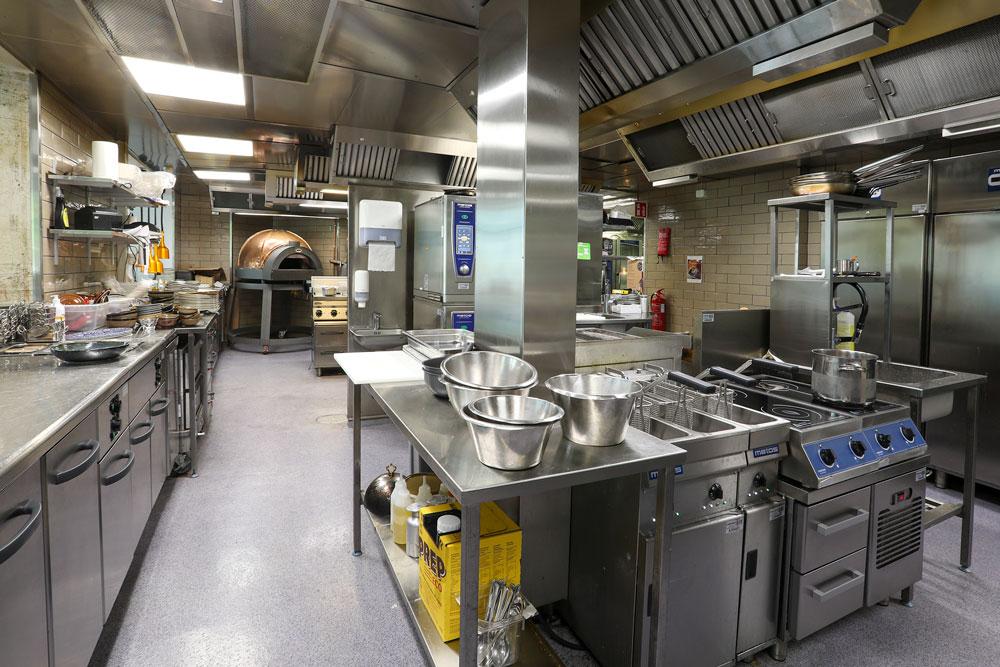 Frans & Sophien keittiö jatkuu avokeittiönä Ehtan vieressä.