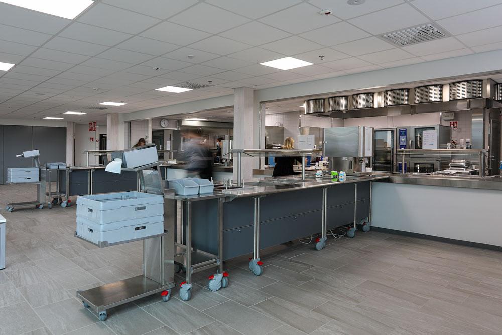 Lovisavikens skolan ruoanjakelu on toteutettu Metos Corona -buffettilinjastoista ja avokeittiön puolelle sijoitetusta Metos Proff -jakelulinjasta.